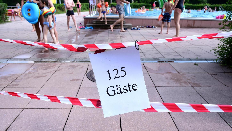 Im Fürther Scherbsgrabenbad mussten die Besucher und Besucherinnen nur an ganz wenigen Tagen Schlange stehen, um sich im Nichtschwimmerbecken abkühlen zu können.