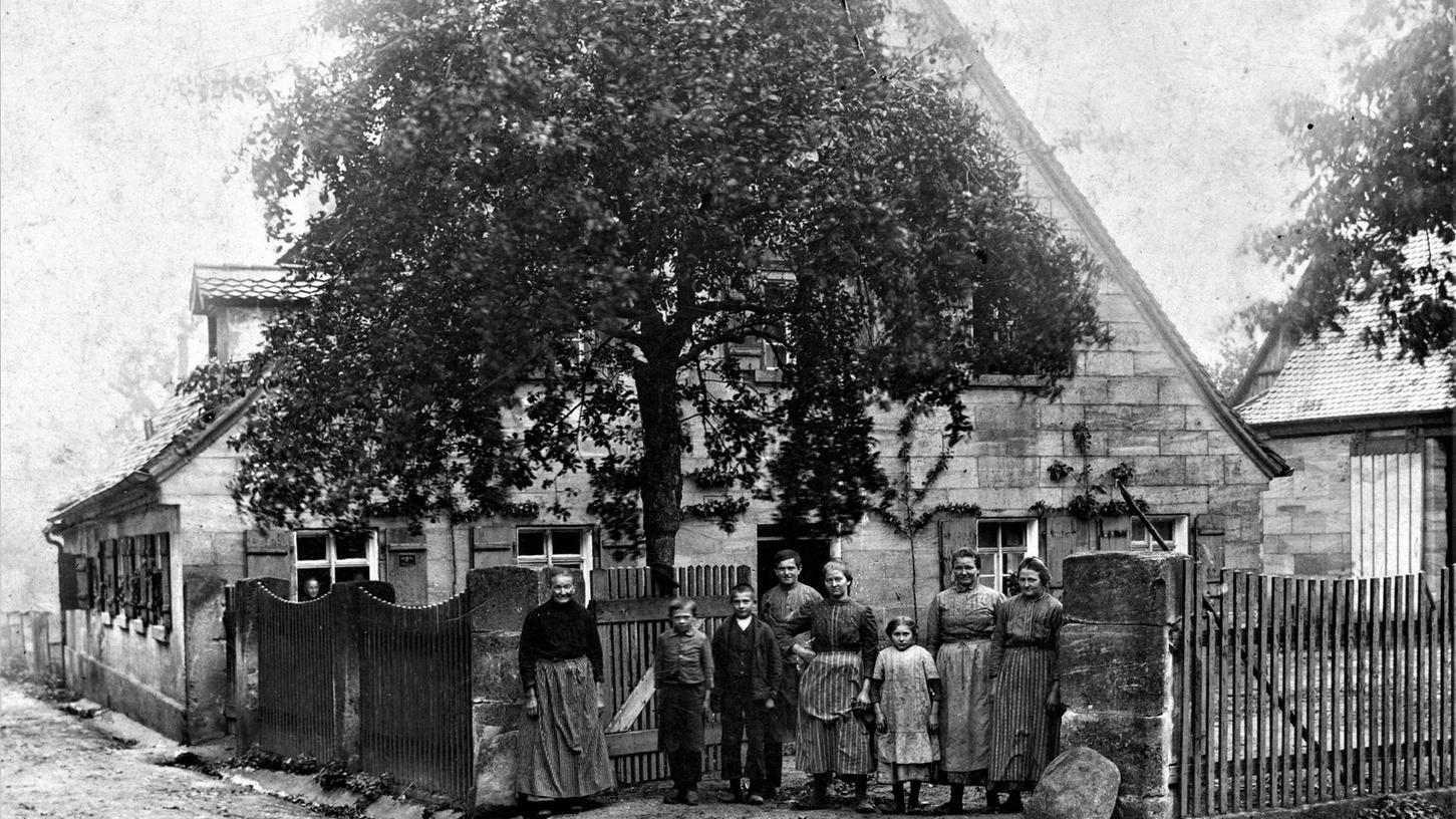 Um 1912 stand in Kalchreuth dieses Haus anstelle der früheren Wirtschaft und Bäckerei des Wallenrodschen Vogtes. Auf dem Bild ist vermutlich die Familie Müller zu sehen.