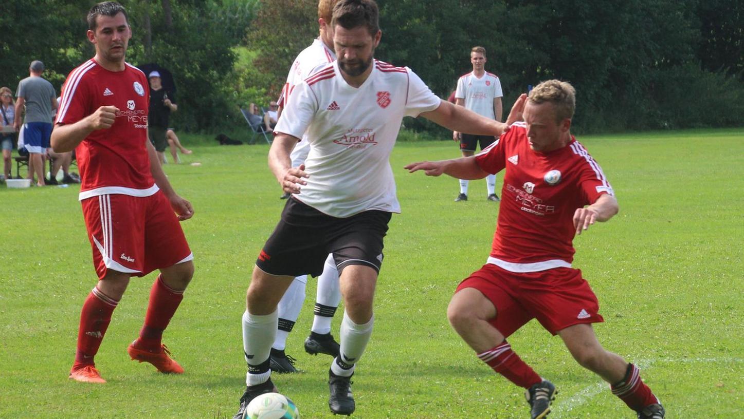 Der 1. FC Aha (in weiß) war zwar nicht zwingend überlegen, entschied die Partie gegen die SG Heidenheim/Hechlingen/Döckingen aber letztlich doch deutlich für sich.