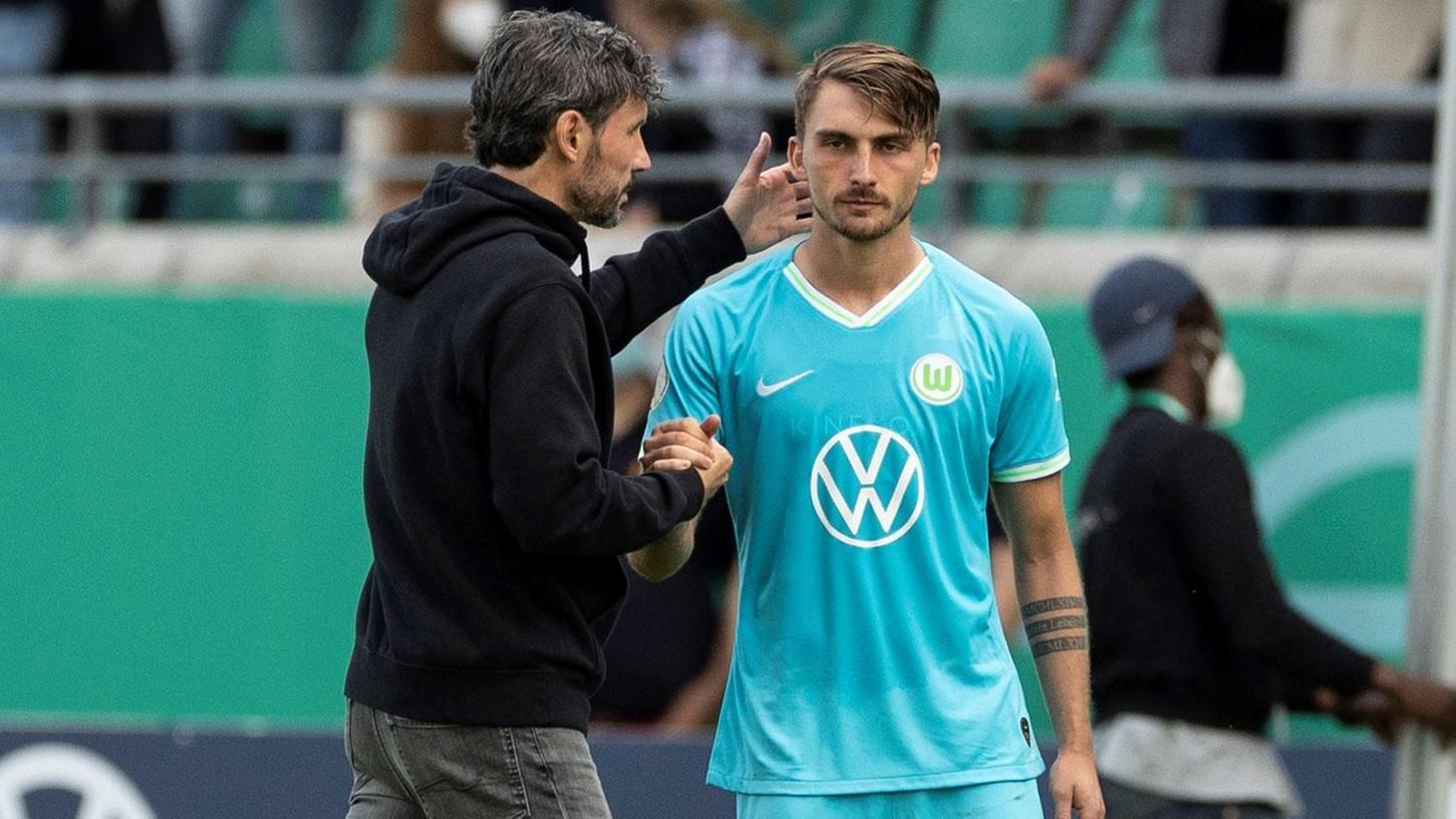 Mark van Bommel und der VfL Wolfsburg sind nach einem Wechselfehler nachträglich aus dem DFB-Pokal geworfen worden.