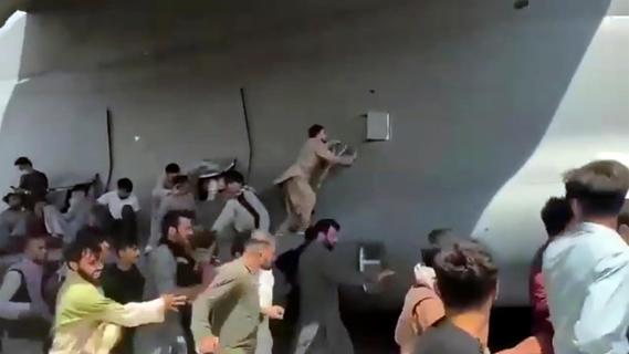 Bedrückende Szenen am Flughafen Kabul: Menschen klammern sich an Flugzeug fest