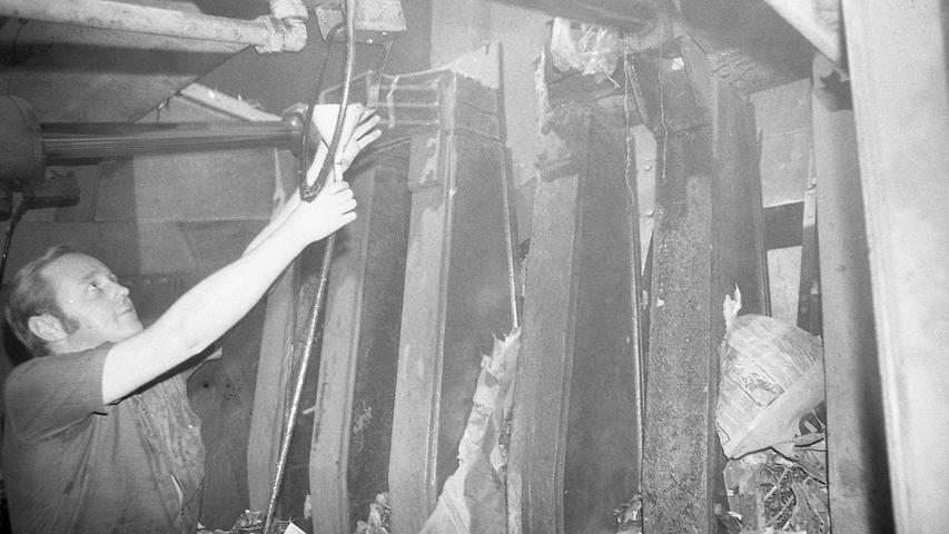 Für einige Tage behilft man sich so: das aus den Lagern austretende Öl wird aufgefangen und zurückgeleitet. Hier geht es zum Kalenderblatt vom18. August 1971: Presse biss sich am Schrott die Zähne aus