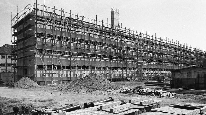 Die alte Untersuchungshaftanstalt wird umgebaut und bietet nur noch rund 200 Häftlingen Platz. Nürnbergs U-Haftanstalt ist zur Zeit völlig unzureichend. Hier geht es zum Kalenderblatt vom20. August 1971: Im Kittchen ist kein Zimmer frei