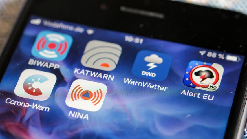 Jeder Smartphone-Nutzer kann sich Warnapps wie Katwarn oder Nina auf sein Handy installieren.