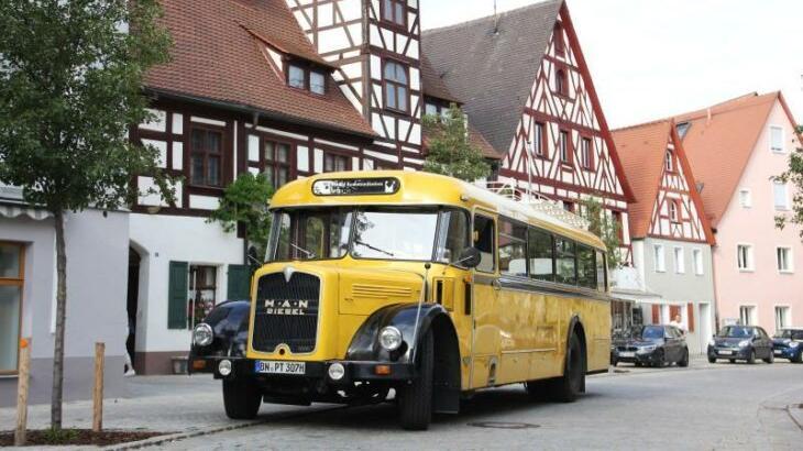 Gerade so passte der ehemalige Reisebus der Deutschen Post um die Kurve am Eisenhüttlein und ließ die Gäste vor dem Hirtenmuseum aussteigen.