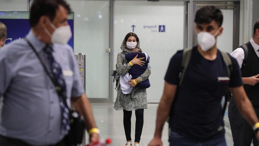 In Frankfurt am Main landete am frühen Mittwochmorgen eine Lufthansa-Maschine mit rund 130 Evakuierten aus Afghanistan.