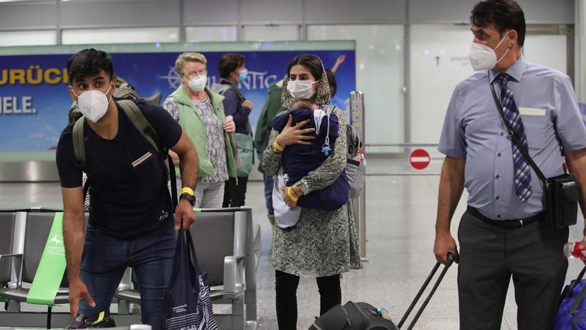 Evakuierung läuft an: Hier landet ein Flieger mit geretteten Afghanen in Frankfurt