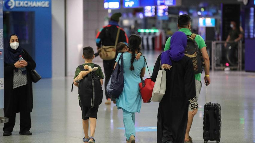 Die Bundeswehr hatte am Dienstag mit einer Luftbrücke zur Rettung von Deutschen und Afghanen begonnen. Mit einem Transportflugzeug wurden 129 Menschen von Kabul in die usbekische Hauptstadt Taschkent geflogen.