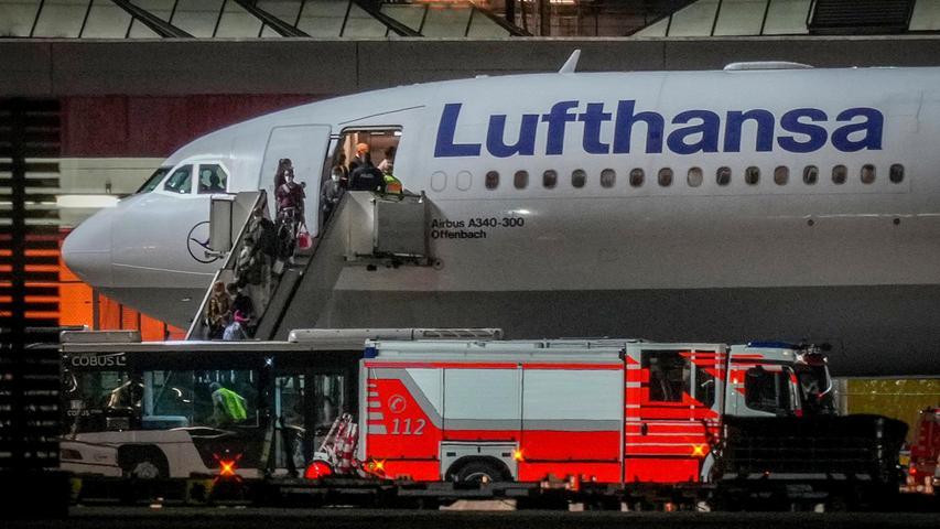 Erste evakuierte Mitarbeiter der Botschaft in Kabul waren nach dpa-Informationen bereits am Dienstagnachmittag mit einer Linienmaschine auf dem Berliner Flughafen Schönefeld gelandet.
