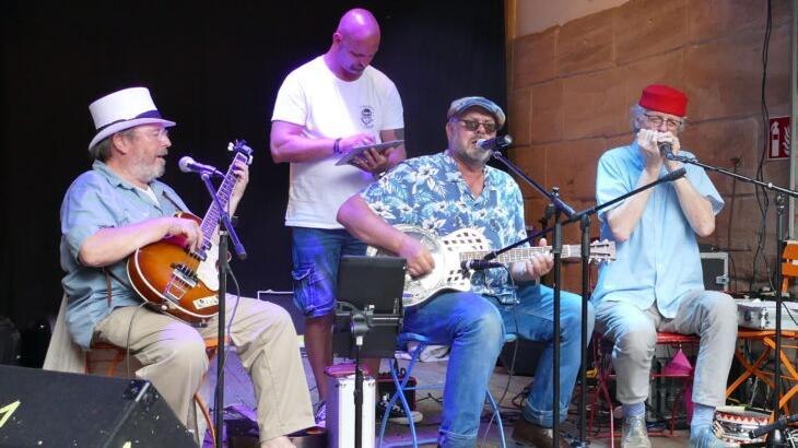 """Total relaxt – die """"Papa Legbas Blues Lounge"""" hier beim Soundcheck nach einer störenden Rückkopplung."""