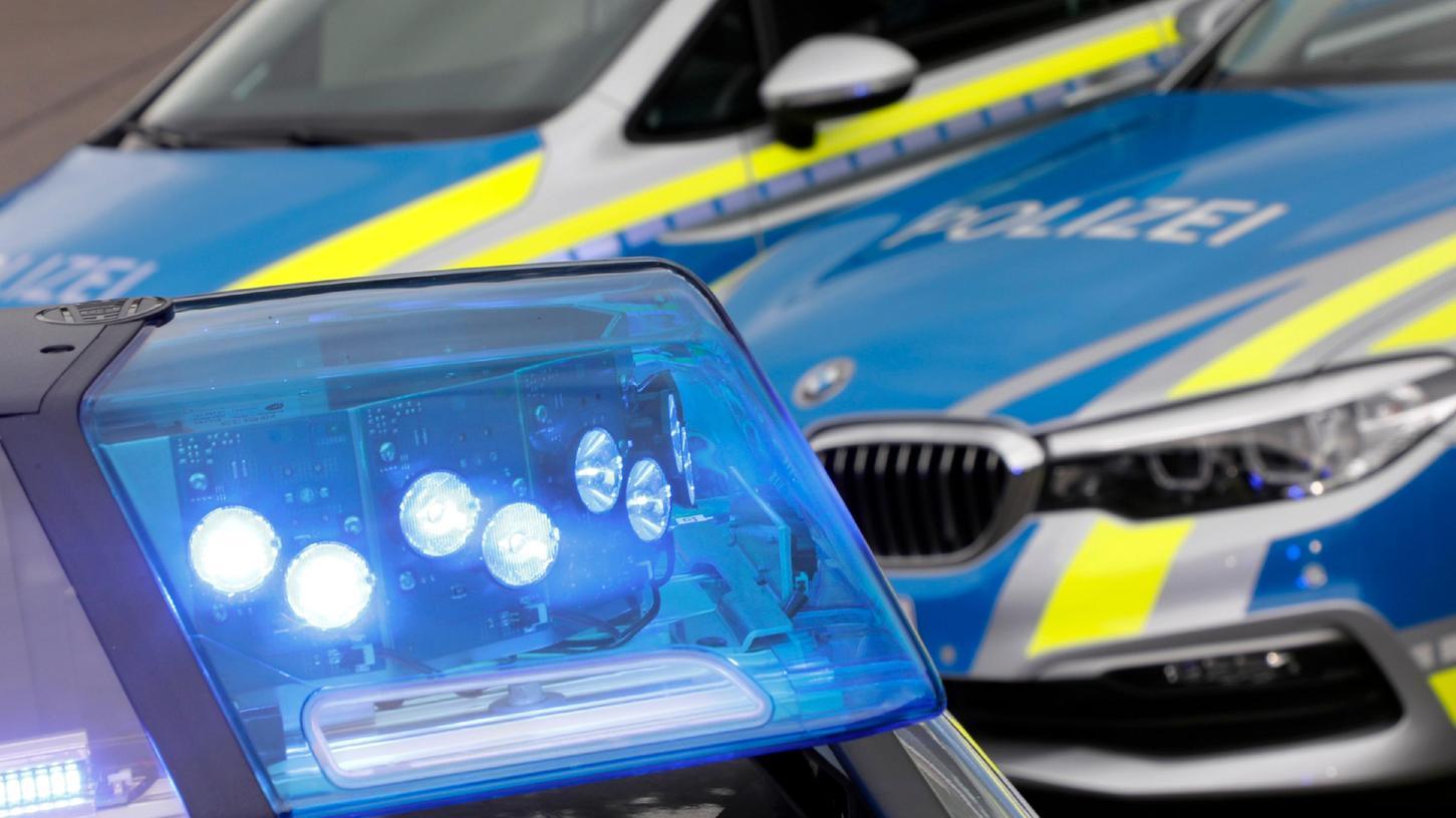 Die Polizei fandet nach einem noch unbekannten Täter, der seine Sexpuppe in einem Wald abgelgt hat.