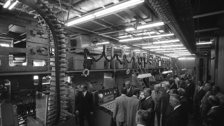 Girlandengeschmückt: die modernste Rotationsanlage des Druckhauses Nürnberg. Das komplizierte Wunderwerk der Technik ist 30 Meter lang und vier Meter hoch. Wenn es auf vollen Touren läuft, zeigt die Uhr 35 000 Umdrehungen in der Minute an.Hier geht es zum Kalenderblatt vom21. August 1971: Die neue Rotation lief an
