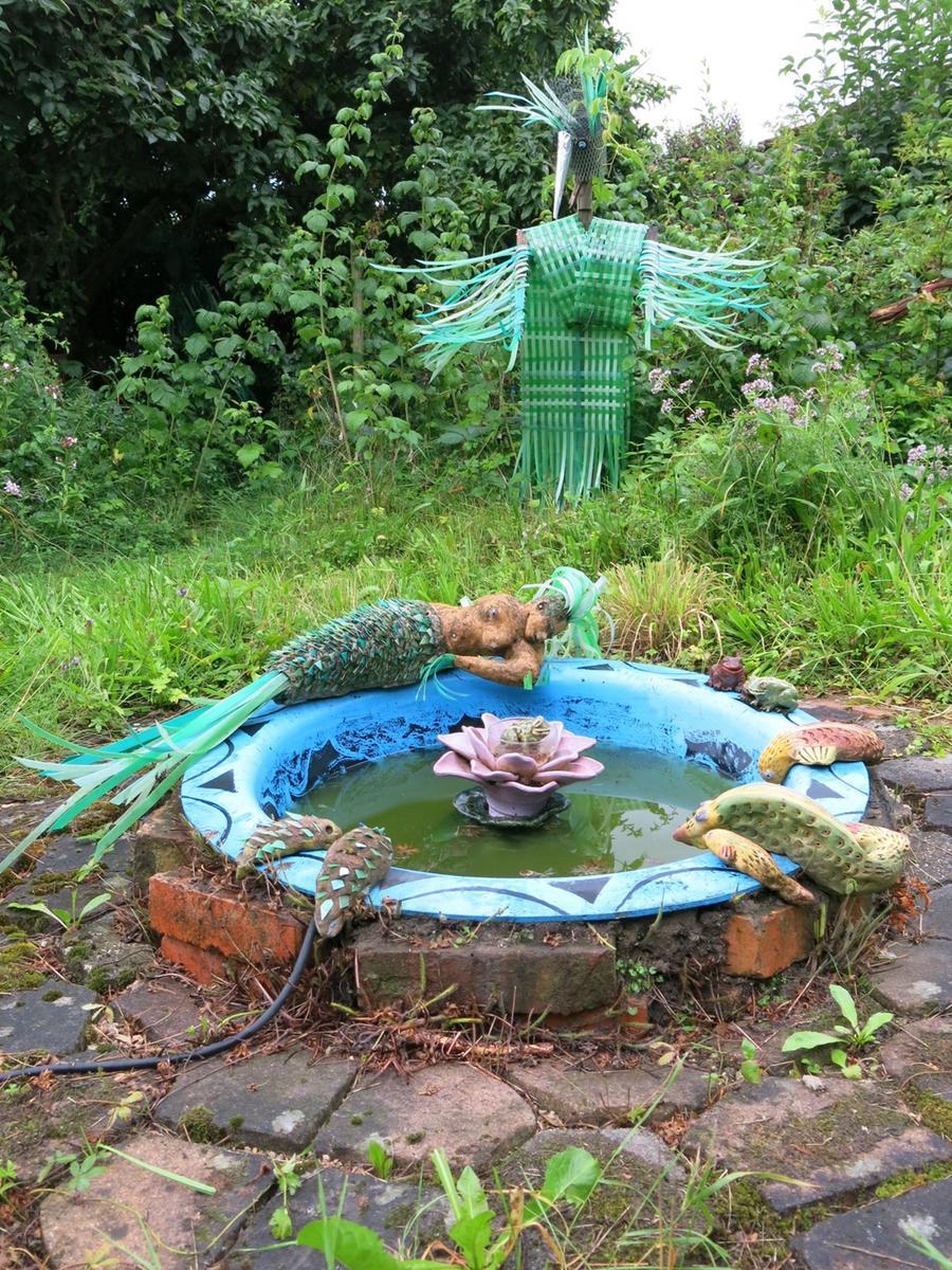 Märchenhafte Wesen bereichern den Naturgarten von Mirjami Ärmänen - wie hier eine Meerjungfrau.
