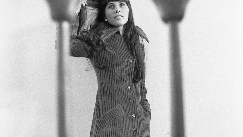 Was im letzten Modewinter noch ein Gag war, ist heuer ein alter Hut: Der Maxi-Look wird von der Bildfläche verschwinden, wenn es nach dem Wunsch der Nürnberger Modehäuser geht. Hier geht es zum Kalenderblatt vom23. August 1971: Ohne Maxi und Midi in den Winter hinein.