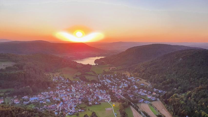 Ein Blick von oben auf den Happurger Stausee. Die Abendsonne steuerte den Ballonfahrern auch gleich noch eine Schutzengel-Impression bei.