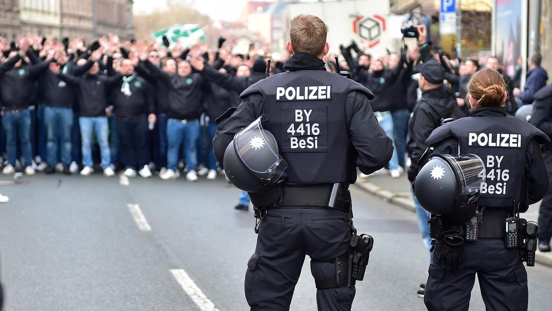 Das Verhältnis zwischen Fußballfans und Polizei ist oft sehr angespannt, nicht nur im Rahmen von Derbys wie hier im Jahr 2019 zwischen dem Kleeblatt und dem Club.