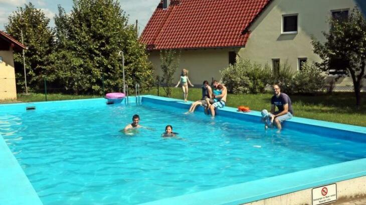 Sehr beschaulich und familiär geht es derzeit noch am Höfener Schwimmbecken bei einer Wassertemperatur von 25 Grad zu. Das wird sich sicher etwas ändern, wenn sich die Wiedereröffnung herumgesprochen hat.