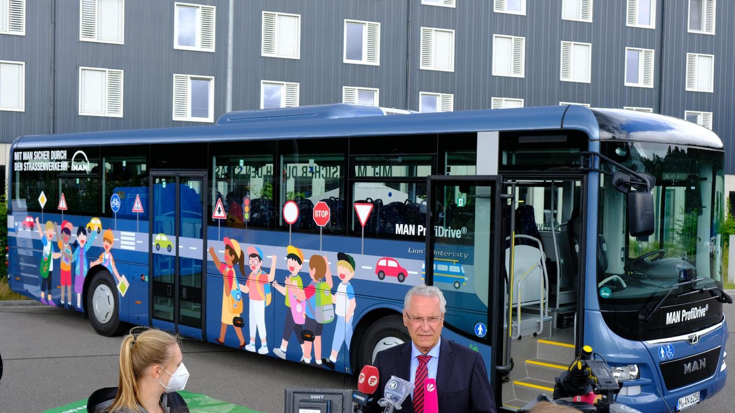 Auf dem Gelände der Bereitschaftspolizei in Nürnberg stellten Vertreter der MAN und Innenminister Joachim Herrmann einen Schulbus mit Abbiege-Assistenten vor.