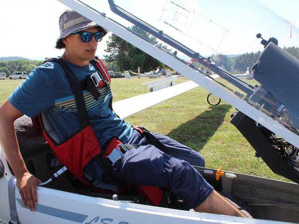 Patrick Benoist will auf Burg Feuerstein von den erfahreneren Konkurrenten lernen. Auf dem Rücken hat er einen Fallschirm für Notfälle