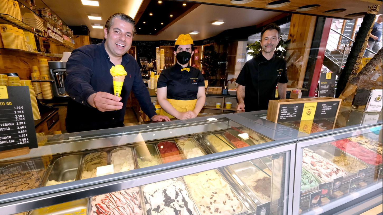 Nach der Filiale in Erlangen ist Nürnberg dran: Marco Tonin (links), sein Geschäftspartner Patrick DeRos und Ylenia Pispicia verkaufen im Bassanese Eis am Hauptmarkt.