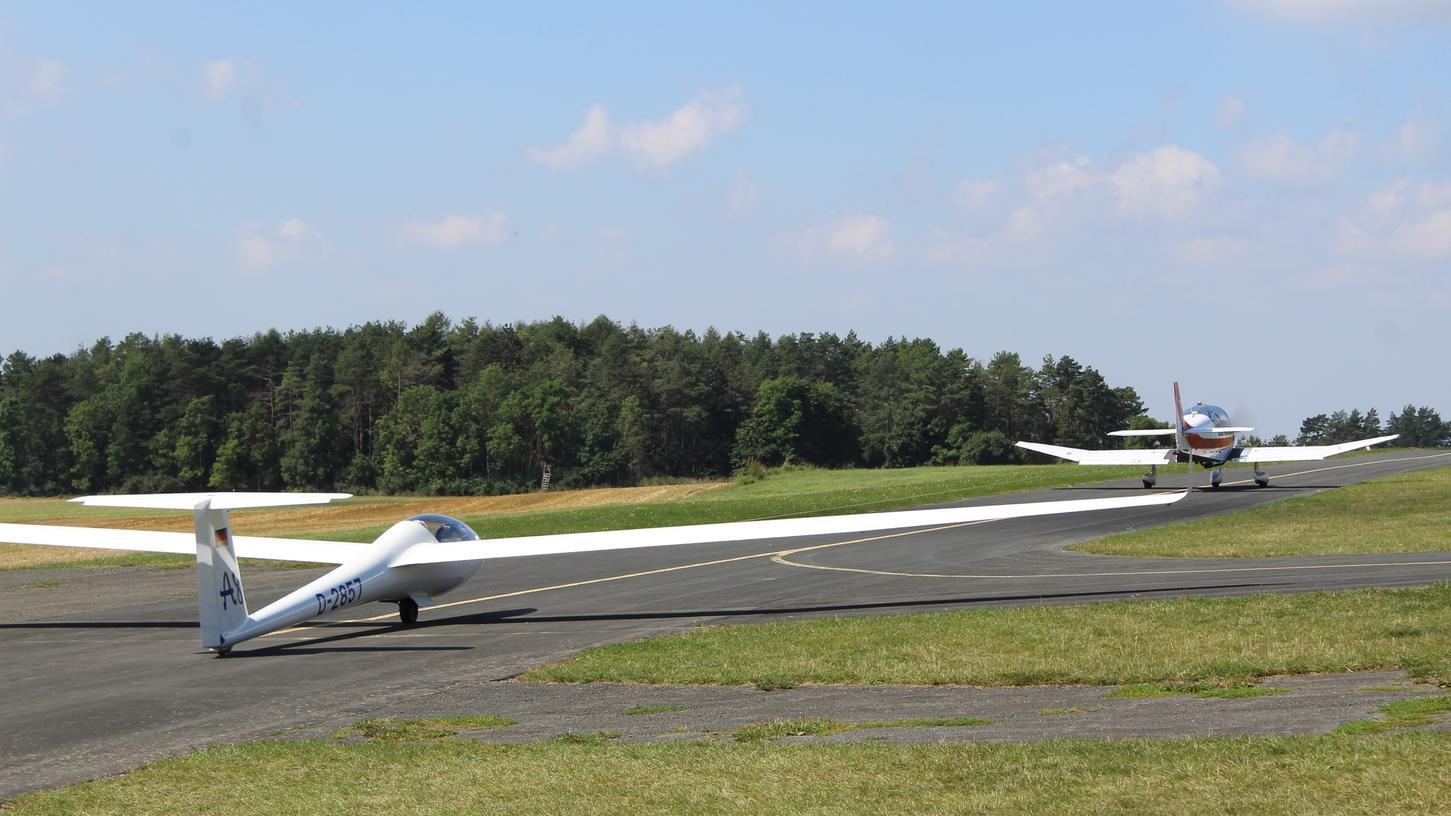 Startklar zum Abheben: Auf dem Flugplatz Burg Feuerstein herrscht bei der Deutschen Jugend-Meisterschaft im Segelfliegen ordentlich Betrieb.