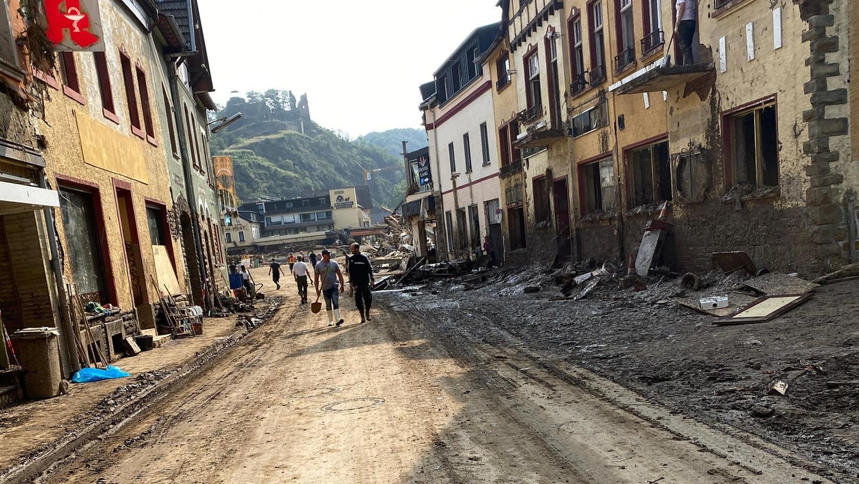 Nach der Flut in Nordrhein–Westfalen und Rheinland-Pfalz boten sich den Helfern solche Bilder. Es galt, Häuser von Schlamm zu befreien, auszuräumen und mit Abbruchhammern und Schaufeln zu entkernen, damit die Grundmauern trocknen können.