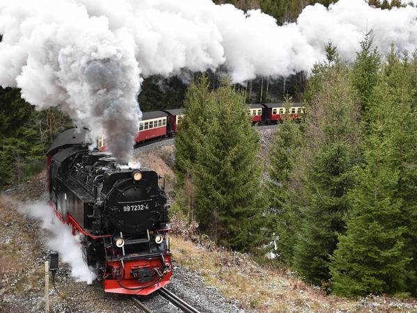 Die Harzer Schmalspurbahn schlängelt sich hoch auf den Blocksberg bzw. Brocken.