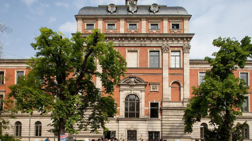 Zum Wintersemester können Studierende - hier das Kollegienhaus in Erlangen - mit Corona-Schutzmaßnahmen wieder in die Präsenzlehre zurückkehren.