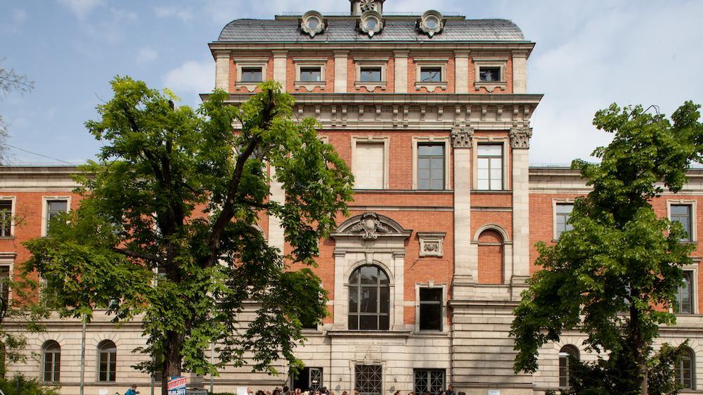 National vorne mit dabei: DieFriedrich-Alexander-Universität Erlangen-Nürnberg. Hier, das Kollegienhaus,in dem vor allem Vorlesungen und Seminare der Philosophischen Fakultät stattfinden.