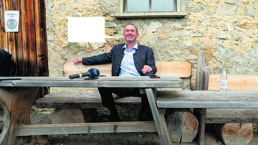 Aiwanger schloss sich wenige Monate vor der Kommunalwahl 2002 den Freien Wählern an, war Kandidat für den Stadtrat von Rottenburg an der Laaber, scheiterte jedoch knapp.Auf der Delegiertenversammlung der Freien Wähler2006 in Garching bei München wurde er überraschend in einer Stichwahl mit knapper Mehrheit (340 zu 322 abgegebenen Stimmen) zum Landesvorsitzenden der Freien Wähler in Bayern.