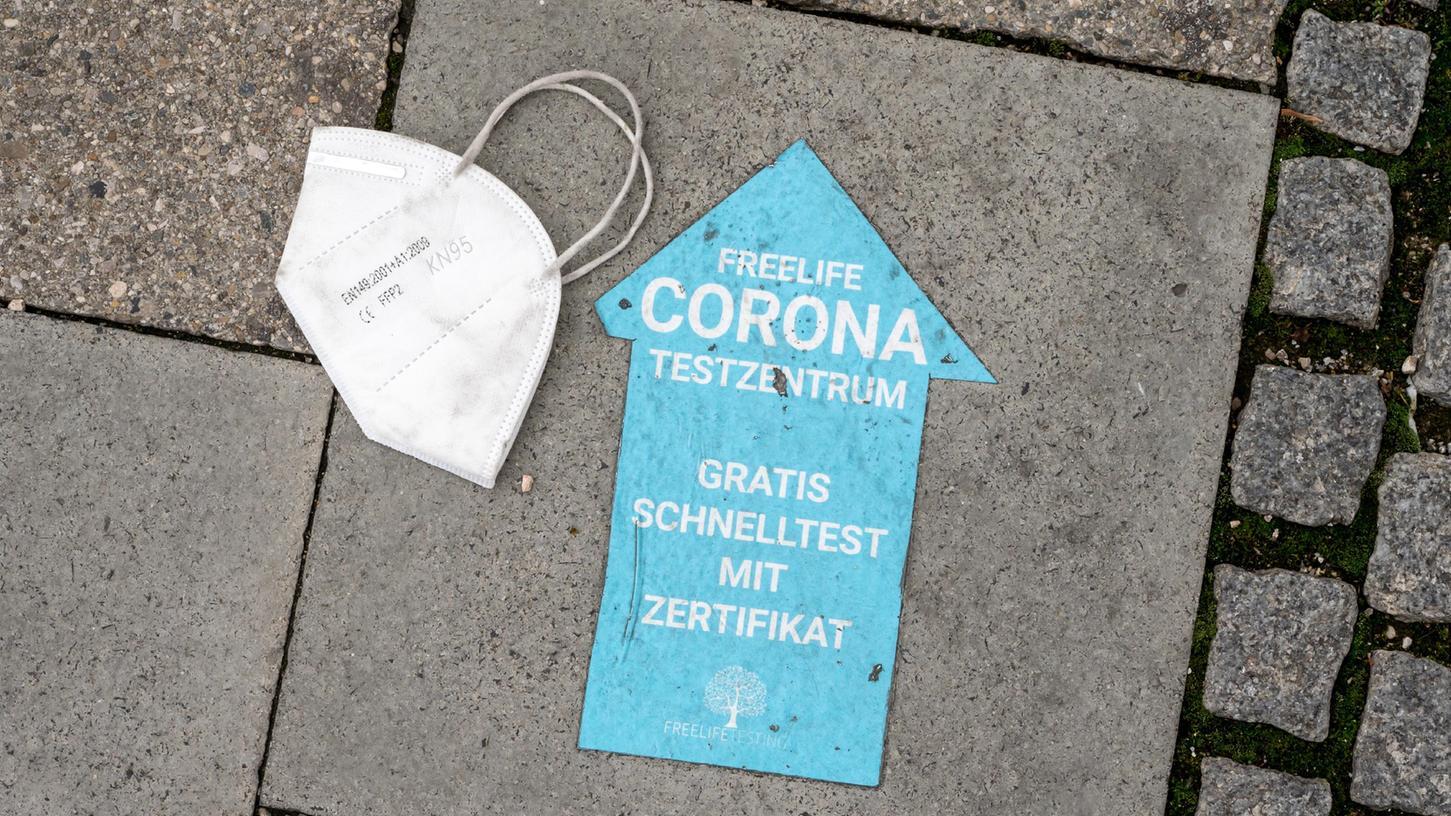 Eine Stadtratssitzung im oberfränkischen Lichtenfels hat teilweise unter freiem Himmel und in Anwesenheit von Polizisten stattgefunden, nachdem Gegner der Corona-Maßnahmen sich Zutritt zum Sitzungssaal verschafft hatten.
