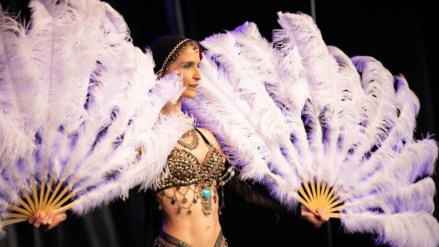 Authentische Bewegungskultur: Anne Devries trat als orientalische Tänzerin auf – hier mit Flügeln aus Federn.