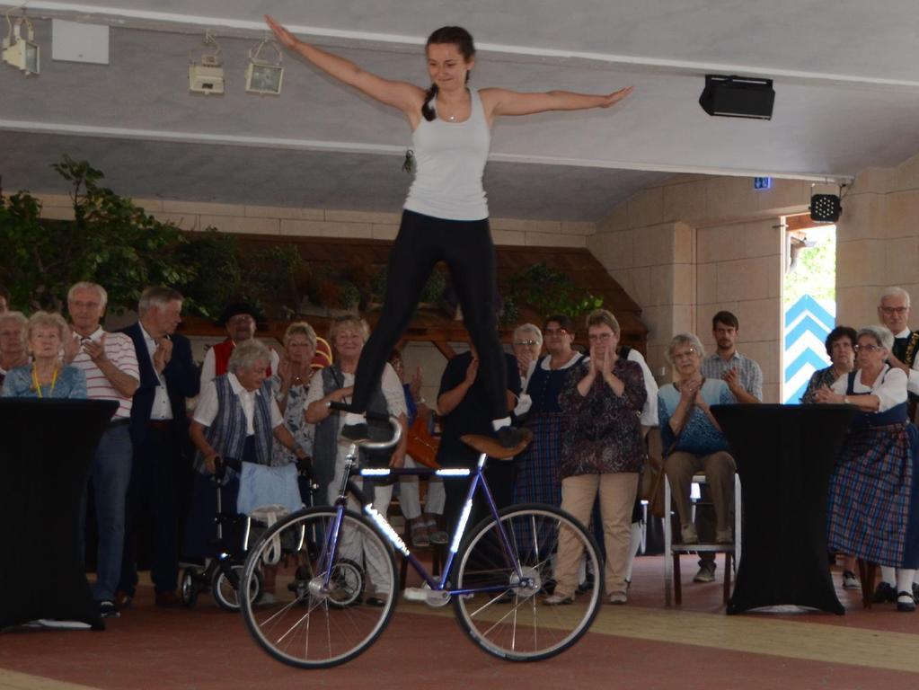 Sportliche Unterhaltung: Die 16-jährige Enya Egerer von der Solidarität Schwabach beeindruckte mit ihrem Können.