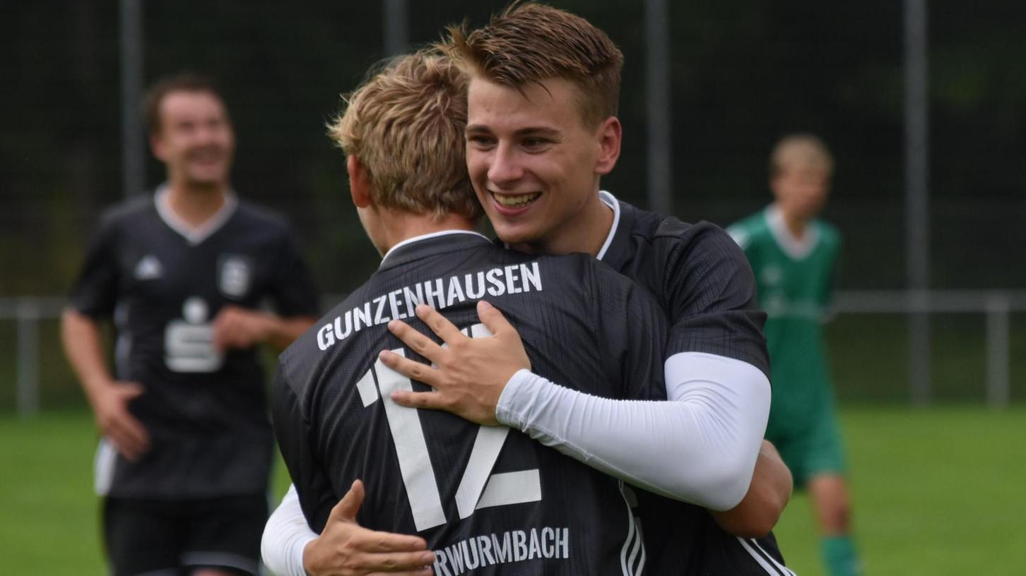Jason Schönolt (Nummer 12) hat gerade das 5:2 für die SG erzielt, Teamkollege Moritz Vorbrugg freut sich mit.