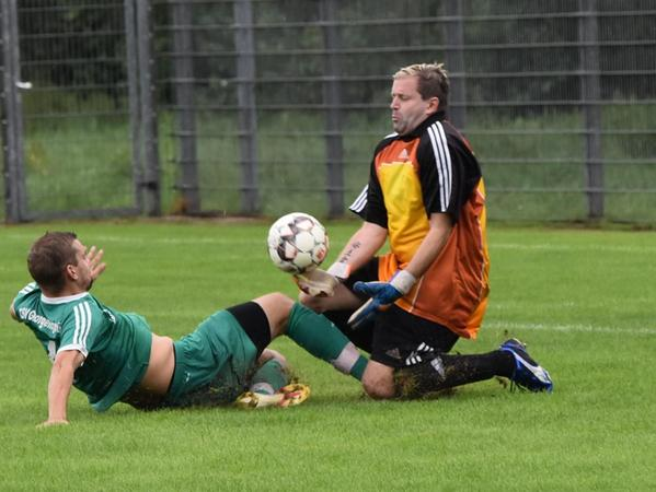 Grätsche von Tim Buresch gegen SG-Torwart Thomas Koczuba. Schiedsrichter Josef Werner zeigte sich gnädig und nur Gelb für Buresch.