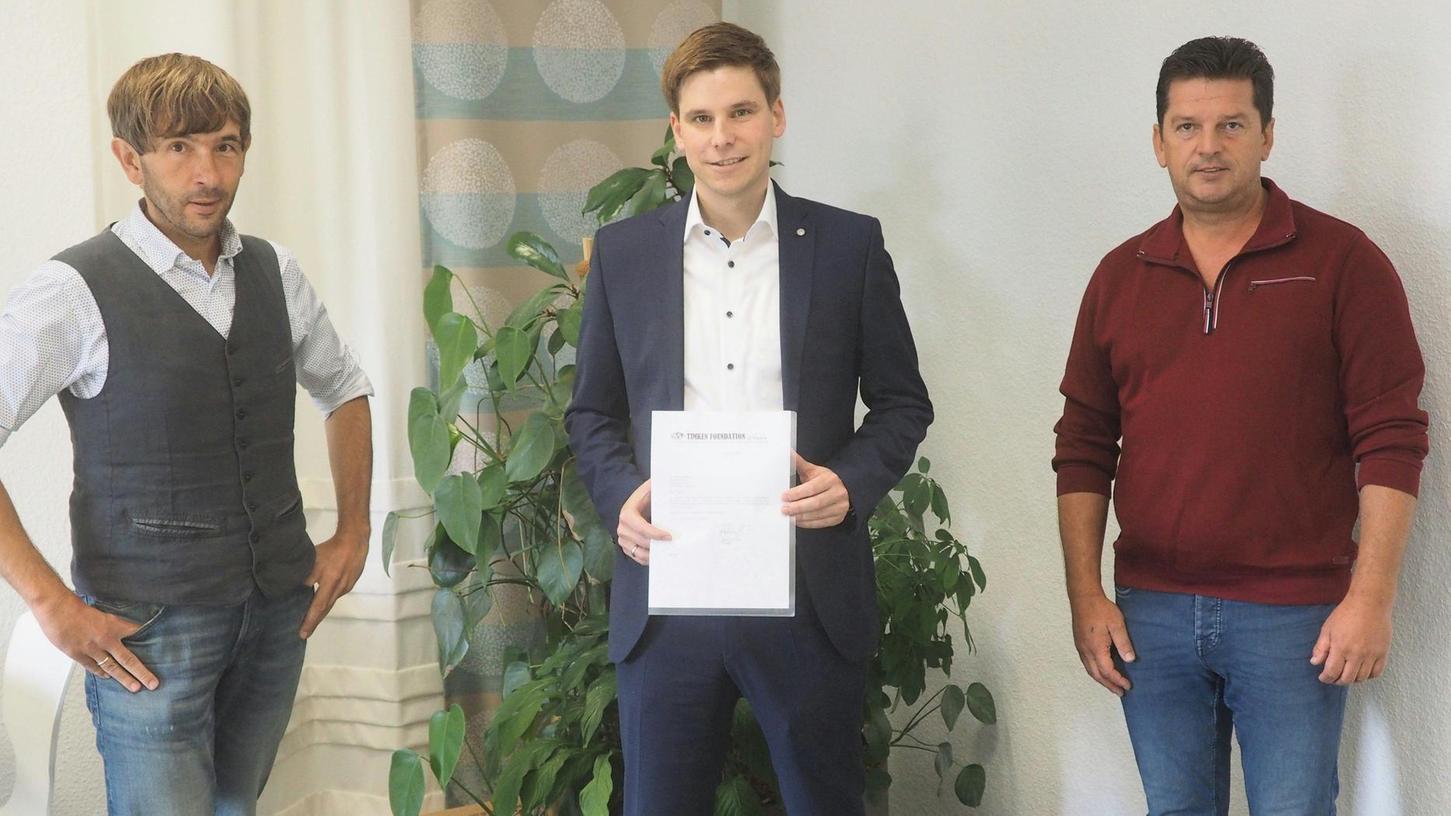 Spendenübergabe mit den Bürgermeistern Nierhoff (li.) und Frühbeißer (re.) sowie dem Pegnitzer Werkleiter von Groeneveld-BEKA, Thomas Simon (M.).