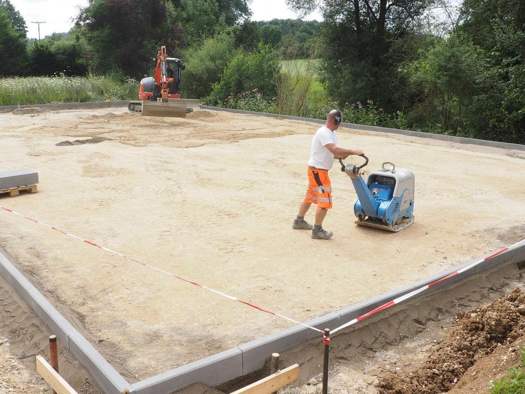 Für den Spielplatz mit Basketballfeld nahe der Realschule am Fuß- und Radweg nach Hainbronn begannen bereits die Arbeiten durch Bauhof-Mitarbeiter.