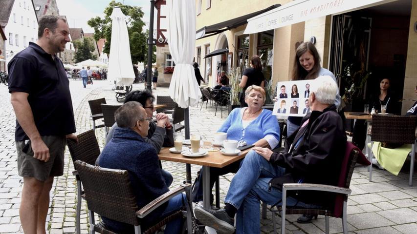Am Café Ruff ordnete eine Gruppe Edelhäußer und Norgall den richtigen Parteien zu, ohne deren Namen zu kennen. Franz-Josef Bösl (links) aus Röttenbach war der Held des Tages. Als einziger Teilnehmer kannte er den Namen des CSU-Kandidaten.