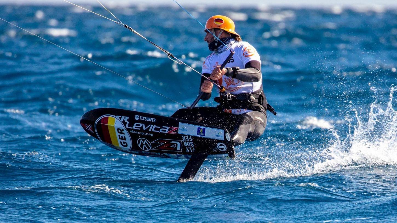 Kitesurfen sieht ziemlich eindrucksvoll aus - vor allem, wenn ein Profi wie Florian Gruber mit seinem Raceboard durch das Wasser pflügt. Viele motiviert das, den Sport selbst auszuprobieren.