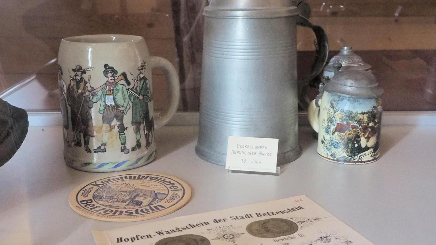 Alte Bierkrüge, ein Bierfilz, ein Qualitätssiegel und ein Waagschein: In Betzenstein drehte sich früher recht viel um den Gerstensaft und seine Zutat Hopfen.