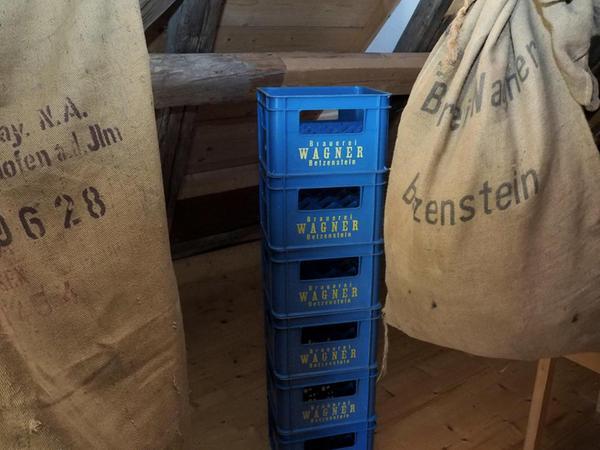 Säcke für geernteten Hopfen und Bierkästen der letzten Betzensteiner Brauerei zeugen davon, dass die Zutat zum Bierbrauen eine wichtige Rolle in Betzenstein spielte.