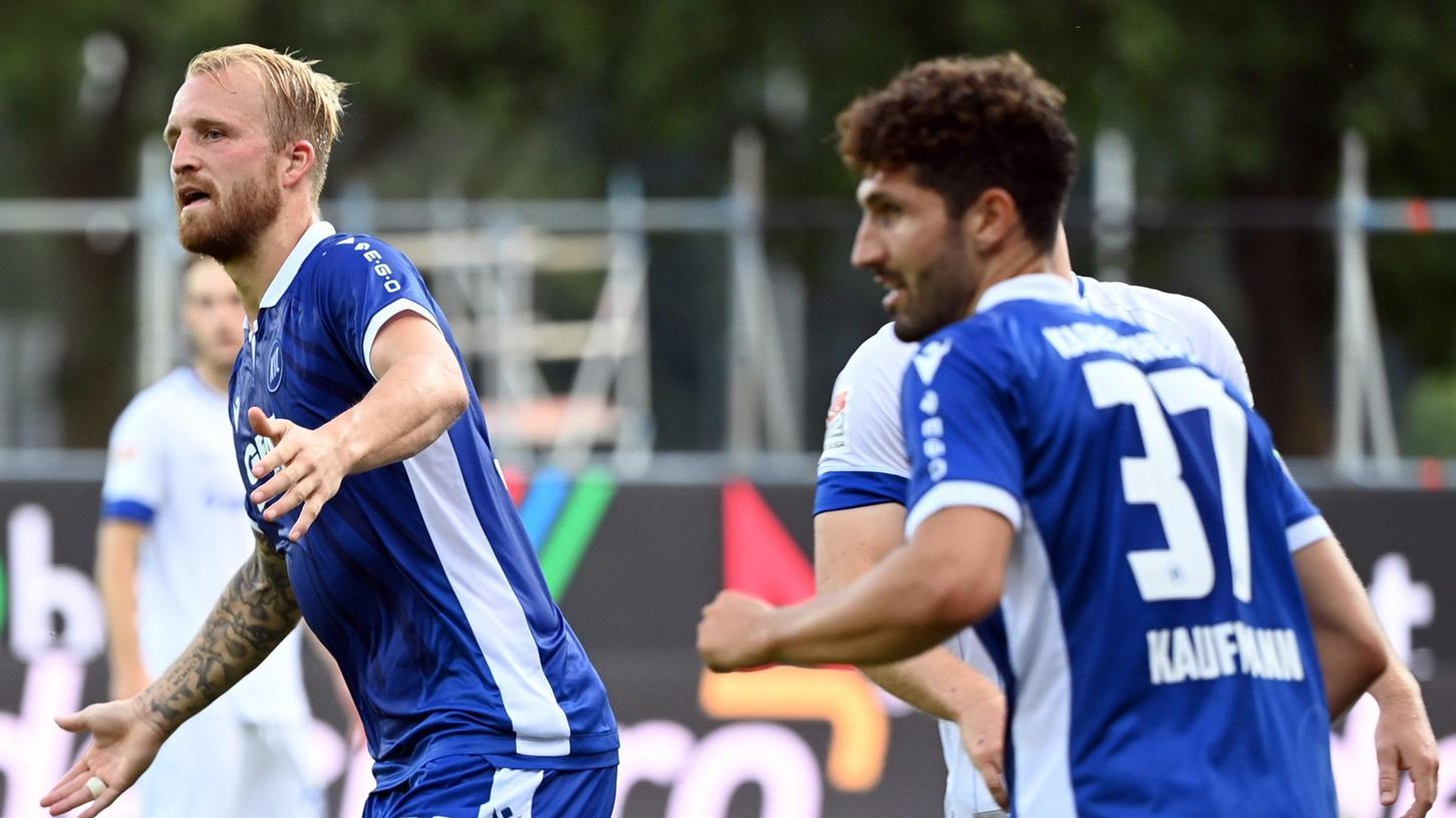 Dreh und Angelpunkt im Karlsruher Spiel: StürmerPhilipp Hofmann (links), hier beim Jubel nach seinem Tor zum 3:0 gegen den SV Darmstadt.