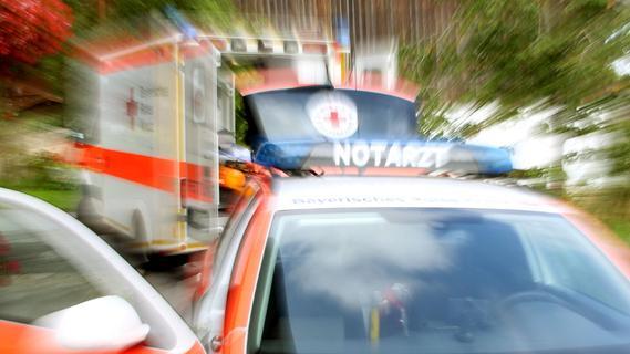 Autofahrer kommt auf der B470 von der Fahrbahn ab und prallt gegen Baum