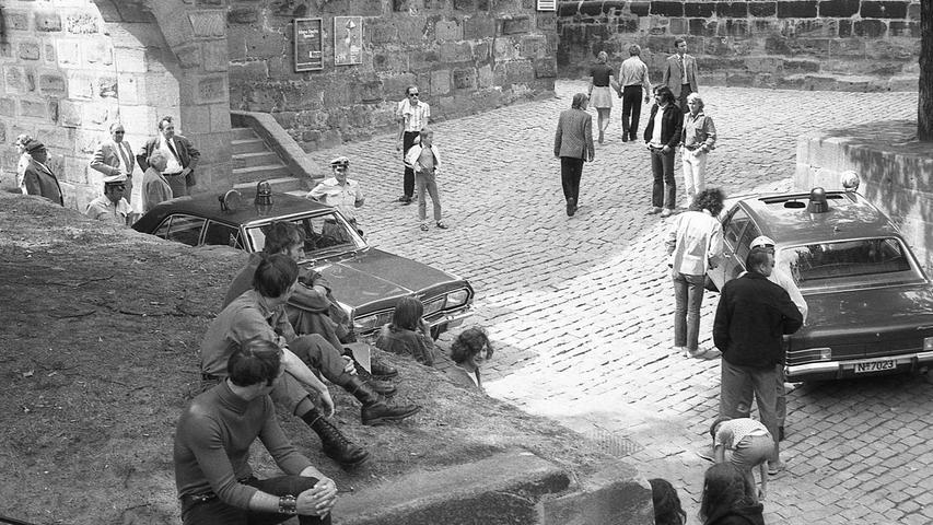Hascheinsatz der Polizei auf der Burg: drei GI (links) sehen gelangweilt. Hier geht es zum Kalenderblatt vom26. August 1971: Rauschgifthändler schlagen Wurzeln.