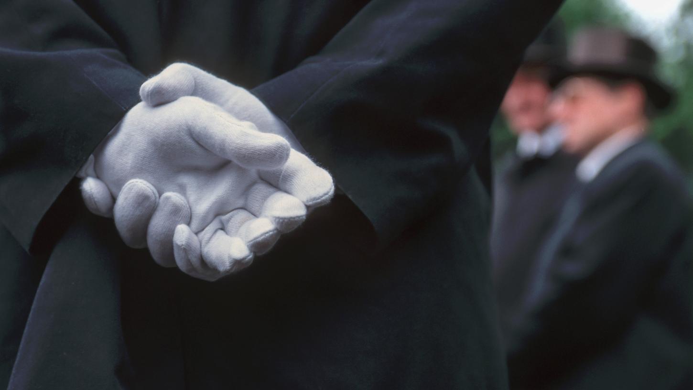 Auf Beerdigungen tragen Männer und Frauen meistens schwarze Kleidung.