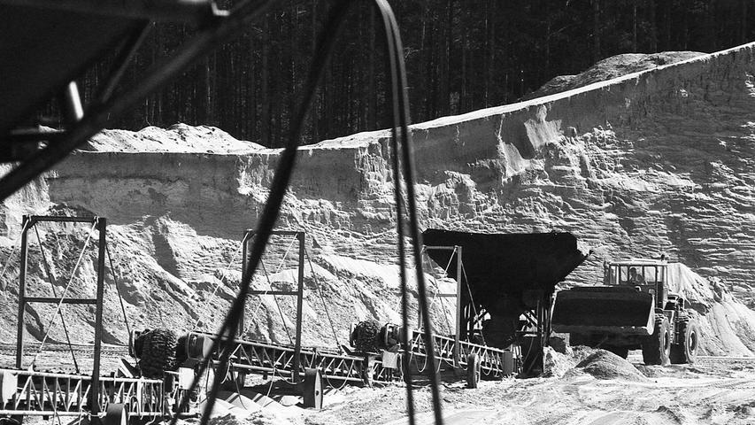 Nach dem Willen der Regierung von Mittelfranken soll dort, zwischen der Diepersdorfer Straße und der Gemeinde Renzenhof, die Erdgas-Konditionierungsanlage für den nordbayerischen Raum gebaut werden -nur 400 Meter nördlich der großen, zum Teil schon ausgebaggerten Sandgrube, welche die Nürnberger in einen See, den