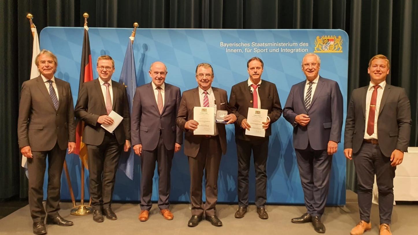 Bernhard Kraus und Alois Scherer wurden von InnenministerJoachim Herrmann, Regierungspräsident Axel Bartelt, Landrat Willibald Gailler und den beiden Bürgermeistern Christian Schmid und Peter Meier eingerahmt.