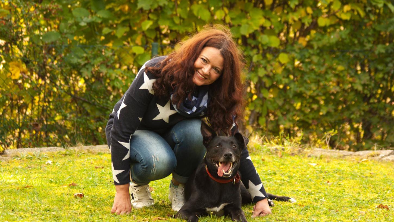 Maya Mekdade mit Pflegehund Pedro - einem von mehr als 30 Tieren, die sie zeitweise versorgt hat.
