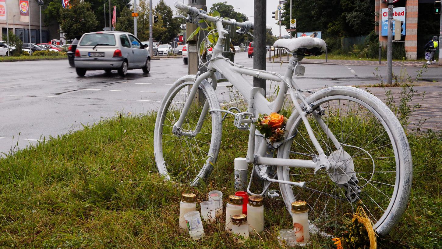 """Mahnmal am Unfallort: Ein komplett weiß lackiertes""""Ghostbike"""" erinnertim Süden Nürnbergs an den tödlichen Unfall eines 55-jährigen Radfahrers."""
