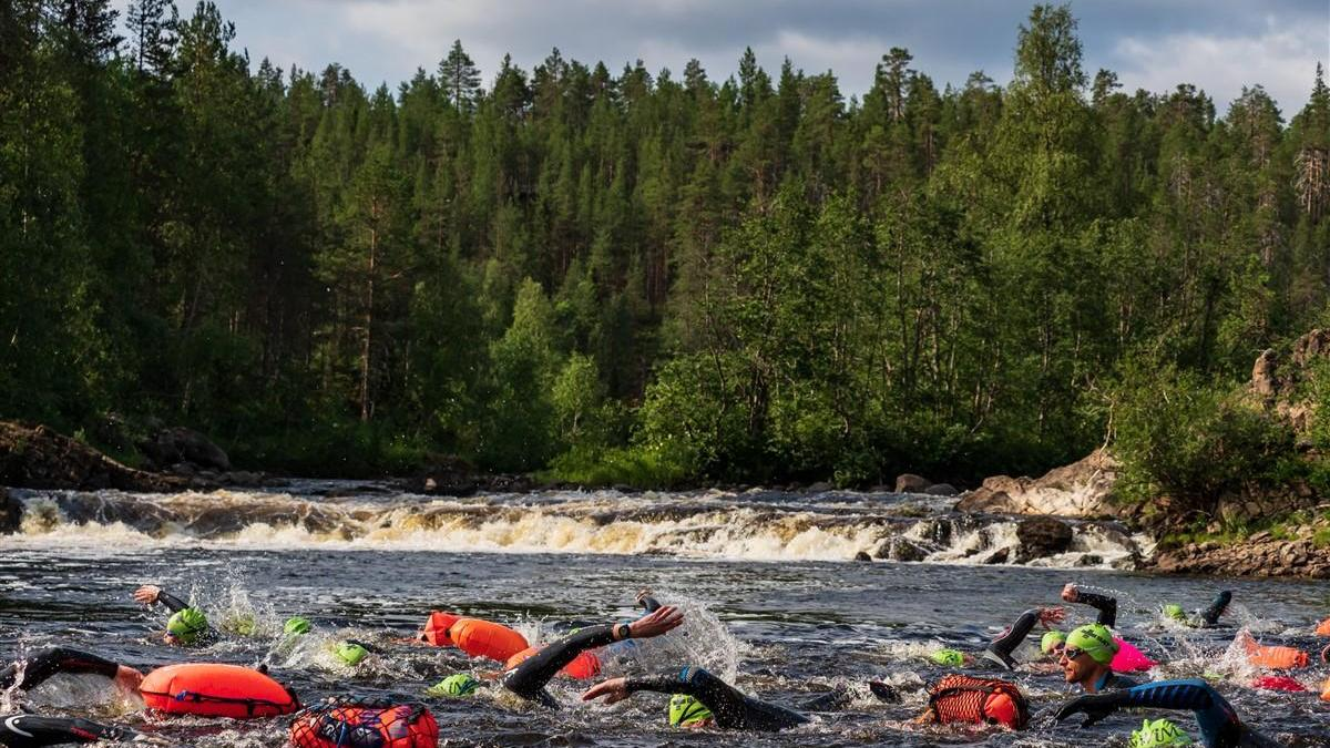 Insgesamt 160 Schwimmerinnen und Schwimmer nahmen beim Downhill-Schwimmen auf dem Oulanka Fluss im gleichnamigen Nationalpark in Finnland am 17. Juli 2021 teil.